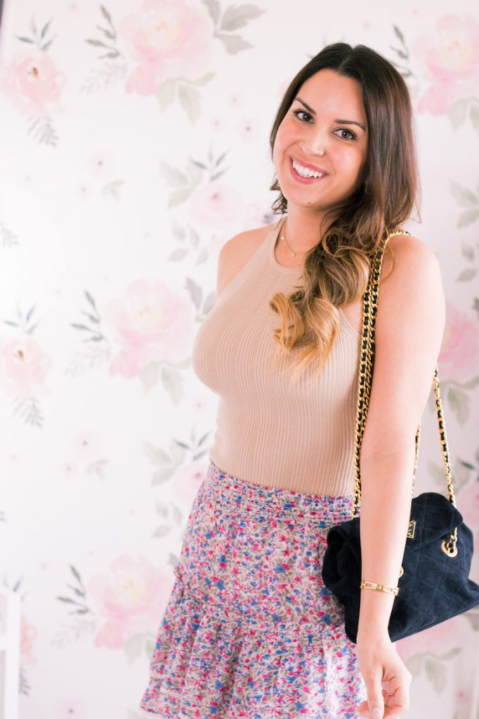 how to wear patterned pink skirt outfit